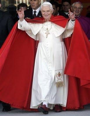 Pope_Ratzinger_handsign_001